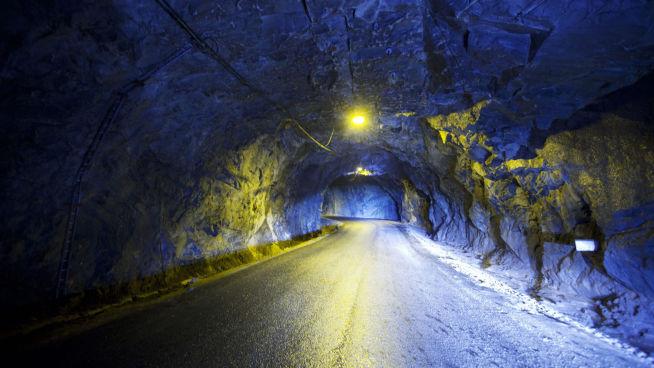 ASFALTERT: Det er ikke noe problem å kjøre store lastebiler inn i Lefdal gruve, med brede, asfalterte veier. FOTO: KYRRE LIEN/VG