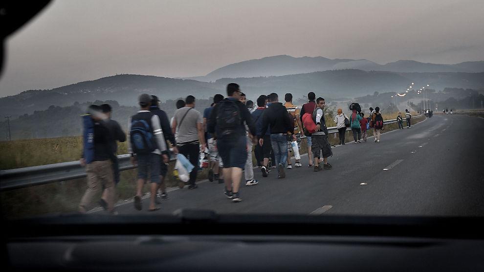 <p><b>MENNESKER PÅ FLUKT:</b> Tusenvis av syriske flyktninger kommer hver uke til Europa. I den lille greske byen Idomeni slippes de i puljer over grensen til Makedonia, for å reise videre nordover gjennom Serbia. Det endelige målet for mange er Tyskland, men mange ønsker seg også til Skandinavia.</p>