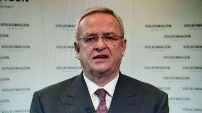 <p><b>VOLKSWAGEN-SKANDALENS ANSIKT:</b> Bildet er tatt av Volkswagen-sjefen Martin Winterkorn, da han tirsdag i en videomelding beklaget utslipps-skandalen.<br/></p>