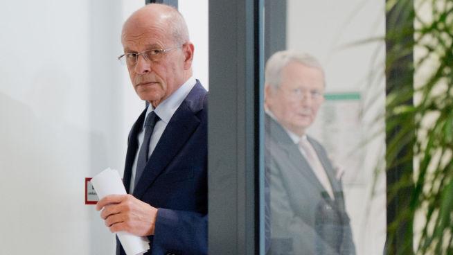<p><b>DET KOMMER FLERE UTSKIFTNINGER:</b> Et styreutvalg ledet av Berthold Huber (til venstre) kom onsdag med en uttalse at det vil komme flere utskiftninger i ledelsen, etter at Winterkorn trekker seg. Medlem i styreutvalget Wolfgang Porsche (til høyre) var også tilstede ved presentasjonen i dag i selskapets hovedkvarter i Wolfsburg, Tyskland.</p>