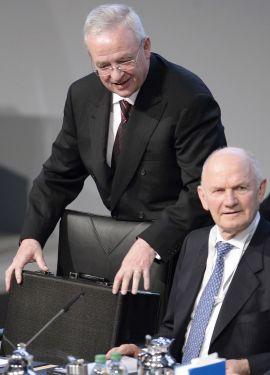 <p><b>KJEMPET OM MAKTEN:</b> En svært offentlig maktkamp ble utkjempet i Volkswagen-konsernet i midten på april da topplederen i Volkswagen-konsernet, Ferdinand Piëch (til høyre) overraskende erklærte at han distanserte seg fra sin tidligere samarbeidspartner Winterkorn (til venstre). Piëch måtte etter dette trekke seg fra sine verv i Volkswagen-konsernet, og Winterkorn gikk seirende ut av den striden. Men nå har han altså trukket seg etter avsløringen av utslipps-jukset.</p>