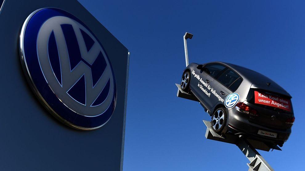 <p><b>LOVER FIKS:</b> Volkswagen har litt av en ryddejobb å gjøre når 11 millioner biler skal fikses på. Akkurat hva som skal gjøres, er foreløpig uklart.</p>
