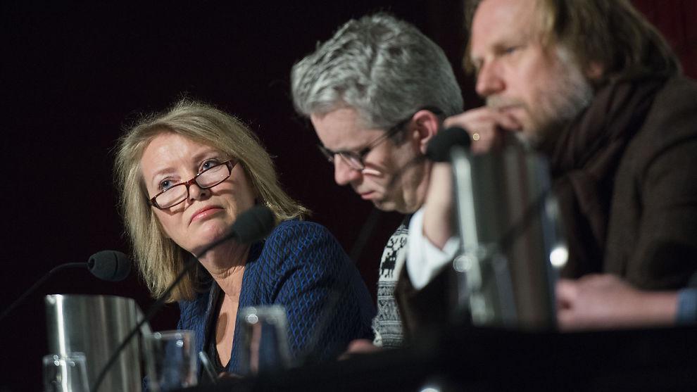 <p><b>SLUTTER:</b> Marie Simonsen gir seg som politisk redaktør i Dagbladet. Her er hun avbildet med Knut Nærum (tegner og forfatter, t.v.) og Kyrre Nakkim (samfunnsredaktør i NRK) ved en tidligere anledning.<br/></p>