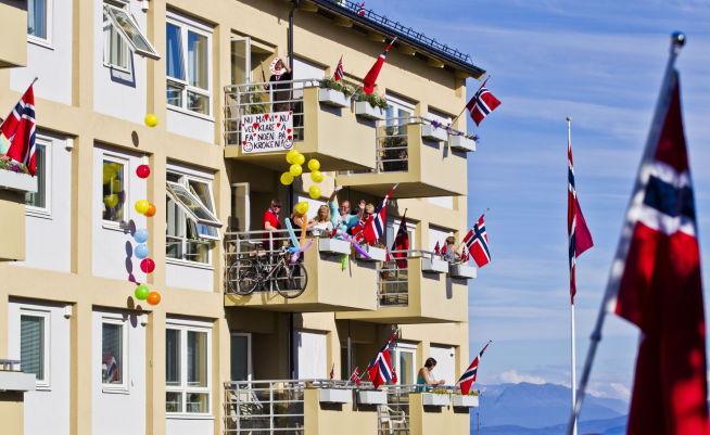 <p><b>AVLYST FEST:</b> Det er ingen feststemning å spore i boligmarkedet i Harstad, men byens innbyggere vet å feire og heie frem deltakerne under sykkelløpet Artic Race.<br/></p>