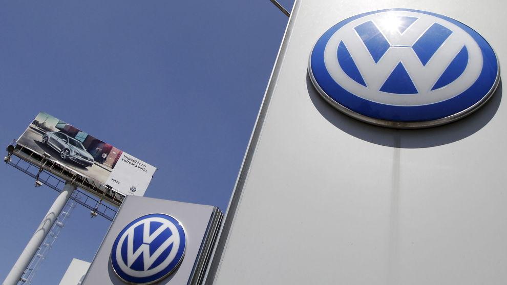 <p><b>SOLID REGNING:</b> I tillegg til bøter fra regjeringen må Volkswagen (VW) ta en stor kostnad ved å tilbakekalle opptil 11 millioner biler på verdensbasis. Her er logoen til den tyske bilprodusenten ved Puebla, nær Mexico City.</p>