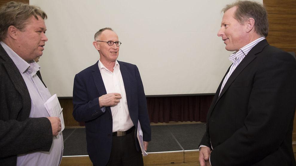 <p><b>REFSER:</b> LOs sjeføkonom Stein Reegård (midten) er bekymret over regjeringens skattekutt.</p>
