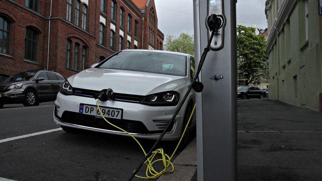 <p><b>MER AV DETTE</b>: Volkswagen sier de skal satse langt kraftigere på ladbare biler i fremtiden. Rent elektriske biler har som kjent ikke eksosrør.<br/></p>