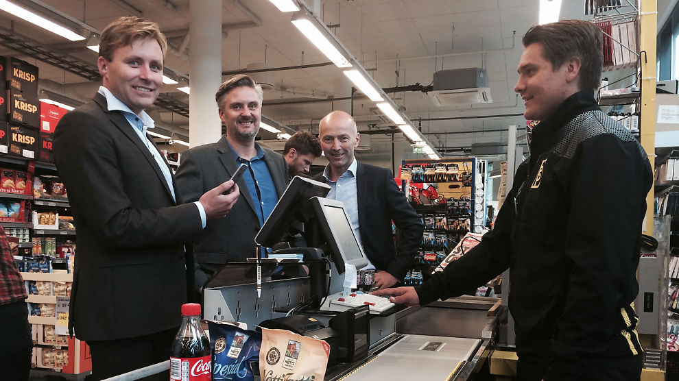 <p><b>BETALE MED MOBIL:</b> Betalingsløsningen mCash ble lansert i alle Bunnpris-butikkene i september i år. Bunnpris var med det første dagligvareaktør med mobilbetalingsløsning. Her er Bunnpris-eier Christian Lykke, mCash-sjef Daniel Döderlein og BN Bank-sjef Gunnar Hovland. André Vatne Lauvland står i kassen.<br/></p>