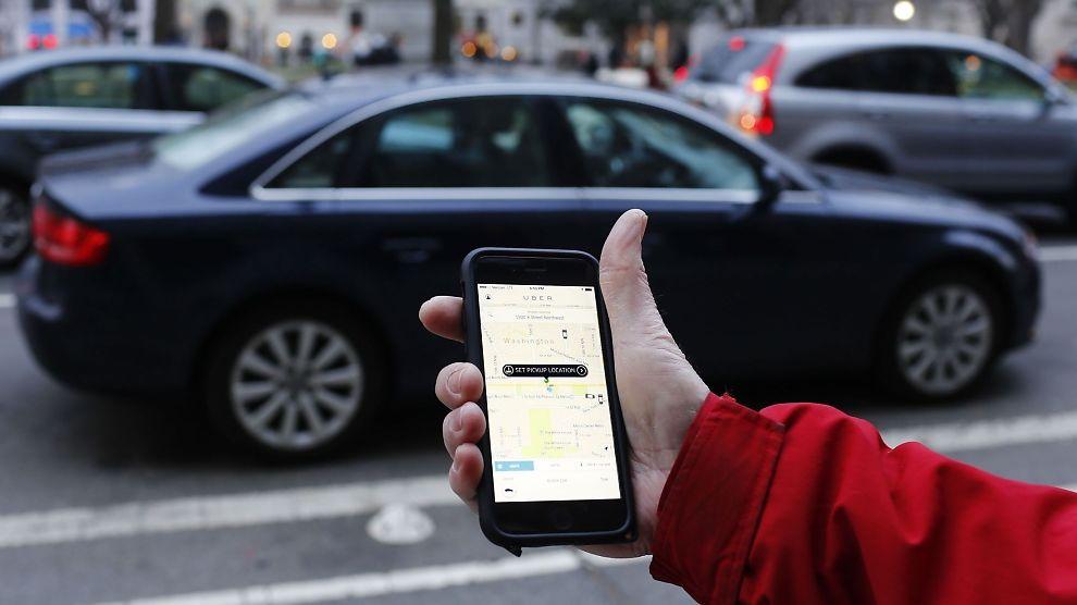 <p><b>BESTILL KOMPISKJØRING:</b> Omstridte Uber kan bestilles via app. Sjåførene har ikke taxiløyve.</p>
