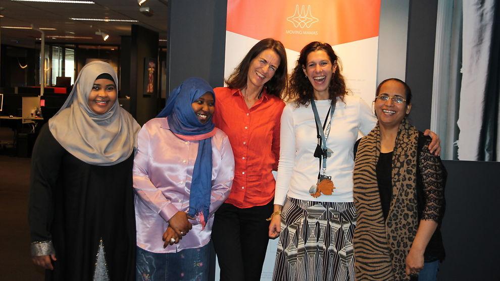 <p><b>HÅPER PÅ SYSSELSETTING:</b> Moving Mamas håper de kan bidra til at flere kvinner med innvandrerbakgrunn kommer seg ut i arbeidslivet. Fra venstre: Amran Jama Ali, Fatima Ashoor, Gründer Kirstine Holst Jansen, Amesto-leder Ariane Spandow og Rajdeep Kaur.<br/></p>