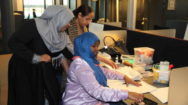<p><b>SAMARBEIDER:</b> Tre av de seks ansatte kvinnene i Moving Mamas jobber med å klargjøre produktene. Fra venstre: Fatima Ashoor, Amran Jama Ali og Rajdeep Kaur.</p>
