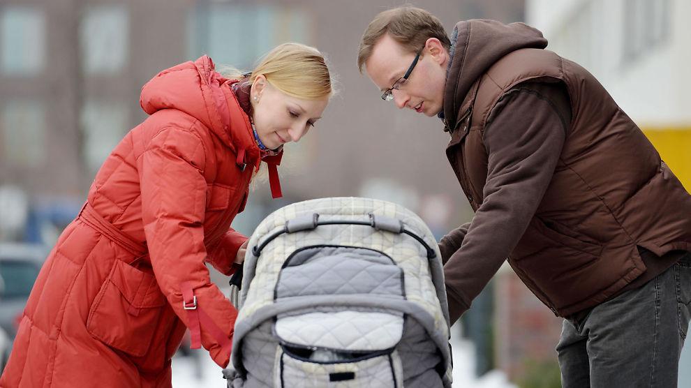 <p><b>PERM:</b> Ungt par går tur med sitt lille barn i barnevogn.</p>