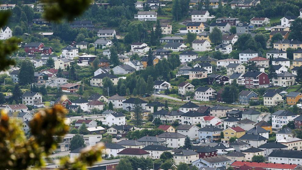 <p><b>SOLID:</b> Bjørn-Erik Øye i Prognosesenteret mener boligmarkedet holder seg stabilt tross tregere fart i norsk økonomi. Her oversiktsbilde fra Drammen.<br/></p>