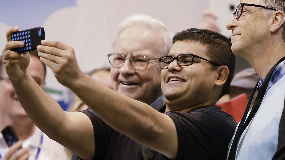 <p><b>MAKTSELFIE:</b> En aksjeholder i Berkshire Hathaway tar selfie med styreleder og direktør i Berkshire Hathaway, Warren Buffett og styremedlem Bill Gates i fjor.</p>
