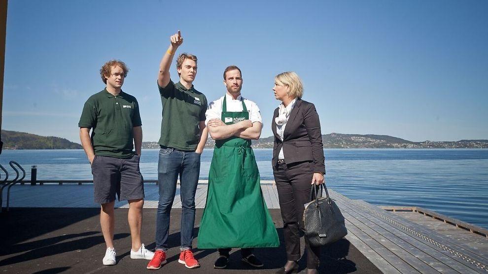 <p><b>ÅRETS MERKEVAREBYGGER:</b> Lasse Smedsvig Carlsen (24, med forkle) omkranset av kollegaene Harald Aalvik (27), Adam Bjerck (26) og næringsminister Monica Mæland (H). For sitt arbeid med Adams Matkasse har Smedsvig nå blitt «Årets merkevarevarebygger» i E24s ledertalentkåring.</p>