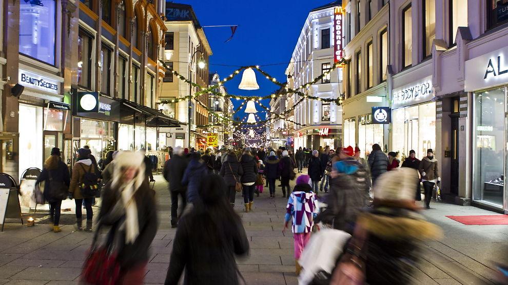 <p><b>JULEHANDEL:</b> Mennesker ute og handler julegaver i Karl Johans gate i Oslo en lørdagsettermiddag før jul i fjor.<br/></p>