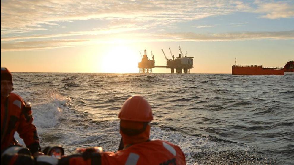 <p><b>FRYKTER FLUKT:</b> Solen er i ferd med å gå ned for bedriftene som leverer varer og tjenester til oljeselskaper på norsk sokkel. Bransjeorganisasjonen Norsk Industri frykter mye kompetanse vil forsvinne, mens lysere tider – som skal begynne rundt 2017 i følge Norsk olje og gass – lar vente på seg.<br/></p>