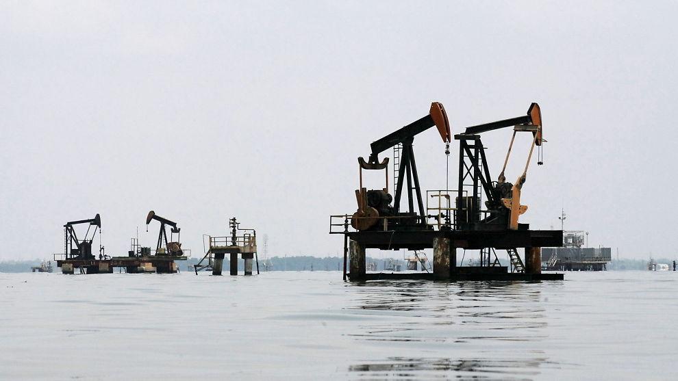 <p><b>HARDT RAMMET:</b> Venezuela er blant Opec-landene som virkelig har fått merke oljeprisfallet. Nå spår landets oljeminister at det kan komme ytterligere fall. Her fra feltene ved Maracaibo-sjøen i delstaten Zulia.</p>