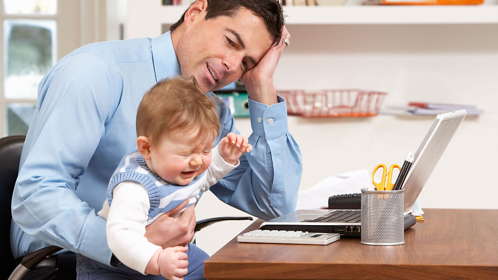 <p><b>JOBBER HJEMME:</b> Nordmenn elsker å jobbe hjemme, men et hjemmekontor er nødvendigvis ikke like effektivt hele tiden.</p>