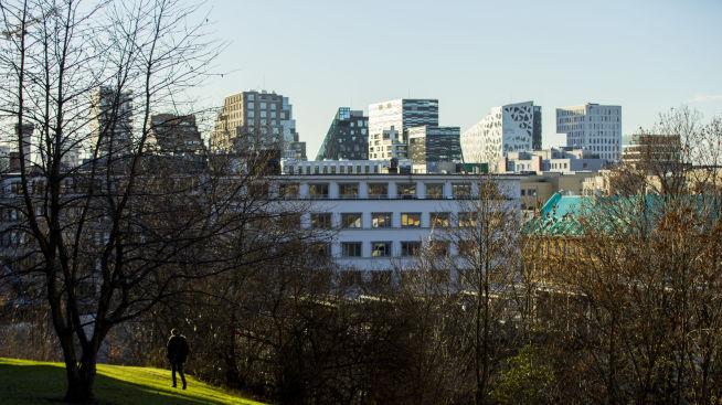 <p><b>OSLO:</b> Boligprisene i hovedstaden bykser opp 0,9 prosent i november. Bildet viser en mann som spaserer i nabolaget Enerhaugen på Tøyen i Oslo med Barcode-byggene i bakgrunnen.</p>