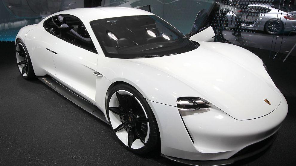 <p><b>DEN ER PÅ VEI:</b> Porsches elektriske sportsbil Mission E har fått grønt lys for produksjon.<br/></p>
