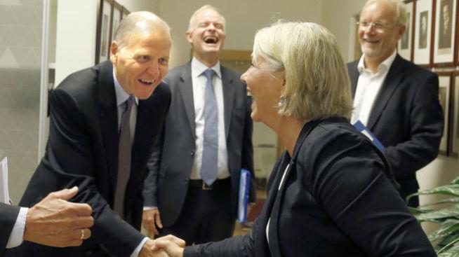<p><b>VAR IKKE KVINNE:</b> Da næringsminister Monica Mæland (H) møtte den nye konsernsjefen Sigve Brekke 28. august sa hun: «Velkommen, selv om du ikke er kvinne» mens hun håndhilste på ham.</p>