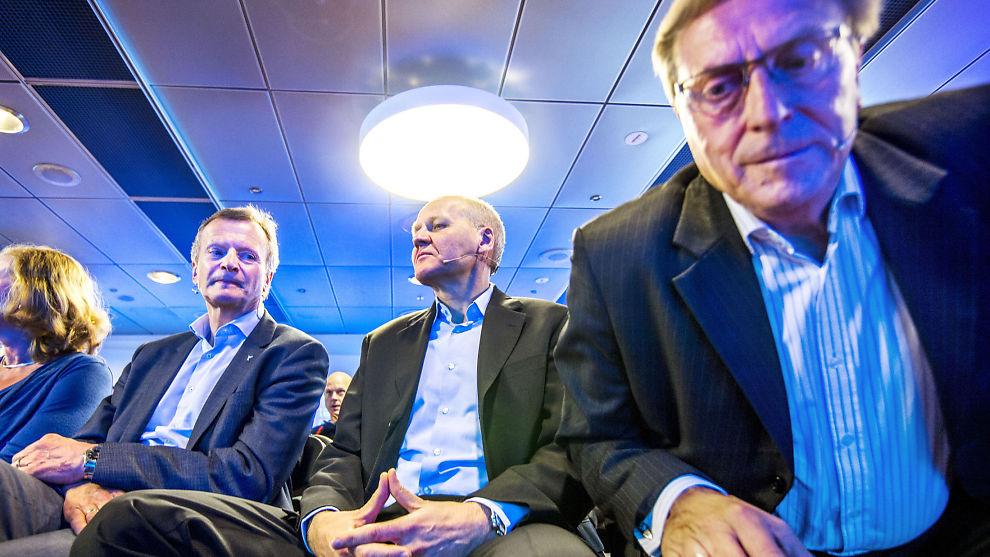DEN UTPEKTE: Under lyset fra taket sitter nyvalgt konsernsjef Sigve Brekke under presentasjonen av ham 12. mai i år i Telenors lokaler på Fornebu. Til høyre bøyer nå sparket styreleder Svein Aaser seg frem. Til venstre sitter direktør for Telenor Norge, Berit Svendsen, sammen med avgått konsernsjef Jon Fredrik Baksaas.