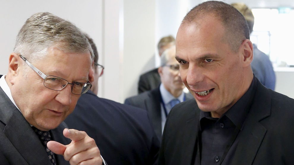 <p><b>MOTPOLER:</b> ESM-sjef Klaus Regling (t.v.) i samtale med den tidligere greske finansministeren Yanis Varoufakis (t.h.). Regling åpner nå for å etterkomme Varoufakis sitt krav om gresk gjeldslette, men det er først etter at Varoufakis sin avgang.</p>