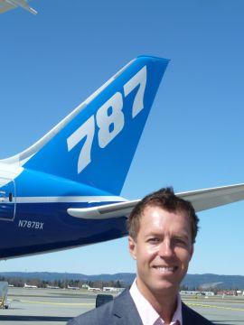 <p>Informasjonssjef Lasse Sandaker-Nielsen i Norwegian - med halen på en Boeing 787 Dreamliner i bakgrunnen.</p>