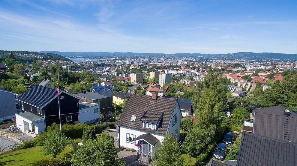 <p><b>ATTRAKTIV:</b> – En sjarmerende enebolig over tre plan, stod det i annonsen som fikk boligkjøpere til å knives om Steinborgveien 23 på Høyenhall i Oslo. Eneboligen gikk til slutt 3,3 millioner kroner over takst.</p>
