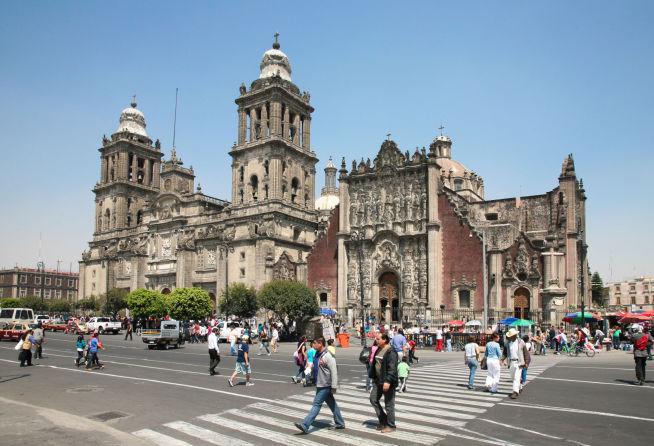 <p><b>AY, CARAMBA!</b> Folk krysser foran katedralen på Plaza de la Constitución i Mexico by.</p>