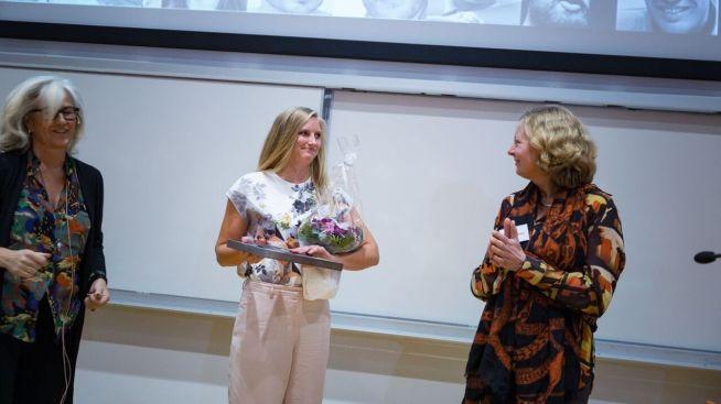 <p><b>KJENTE FJES:</b> Cathrine Foss Stene (til venstre) og Berit Svendsen er med i juryen i Ledertalentene. her deler de ut diplom til samfunnsbygger-vinner Iris Helen Nikolaisen i 2015.</p>