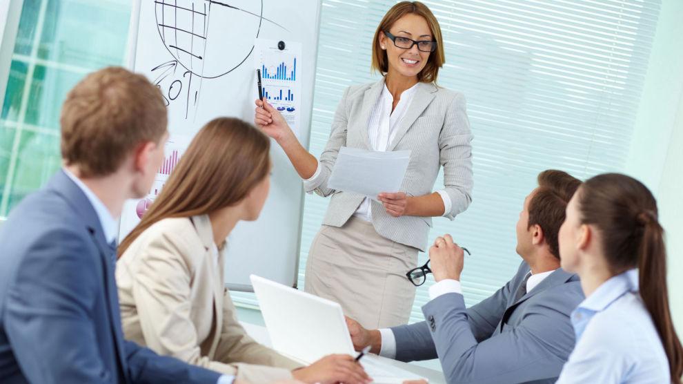<p><b>KREVENDE ENDRING:</b> Seks råd for å mestre overgangen fra kollega til leder.</p>