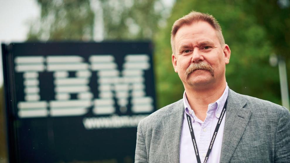 <p><b>VELUTVIKLET MARKED:</b> På det mørke internettet omsettes det årlig hackertjenester for milliarder av kroner. – Markedet har faktisk blitt så velutviklet at det finnes egne serviceavtaler. Fungerer det ikke, kan du ringe «helpdesk», forteller sikkerhetsekspert Tommy Bårdevik i IBM Norge.</p>