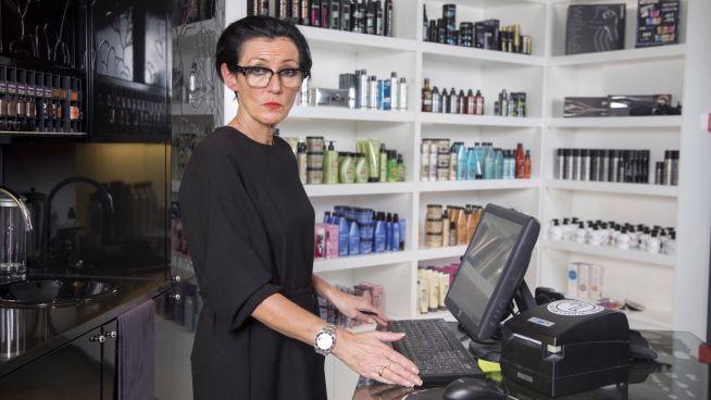 <p><b>VIKTIG:</b> – Vi er avhengig av timelistene for å gjøre jobben vår, forklarer frisør og bedriftseier Ellen Røkaas. Hun betalte hackere til sammen 40.000 kroner for å få tilbake nødvendige data.</p>