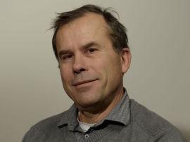 <p><b>SER DYRERE STRØM:</b> – Akkurat nå er vannlagrene lavere enn de pleier, og om det blir kaldt i vinter blir strømmen fort dyr, sier Jan Jansrud i Gudbrandsdal Energi.</p>
