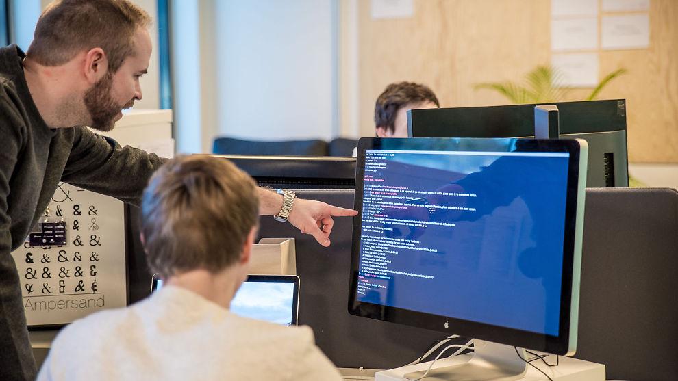 <p><b>«CHATBOT»:</b>– Den lærer seg rett og slett det norske språket. Den leser setningen den får, analyserer og kalkulerer ut ifra sannsynlighet hva kunden trenger hjelp med, forteller selskapet som i disse dager lager den nye IT-løsningen for Gudbrandsdal Energi.</p>
