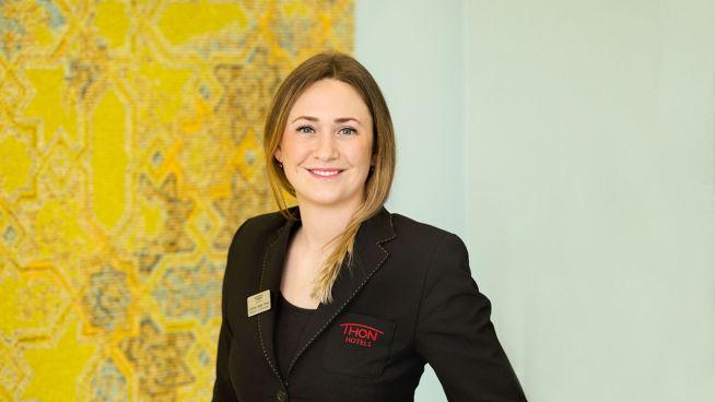 <p>TRIVES PÅ JOBB: Johanna Isager Howe er restaurant- og konferansesjef hos Thon Hotel Vika Atrium.</p>