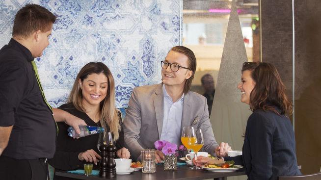<p>ETTER: Ekstrem forandring på Thon Hotel Vika Atrium.Restauranten rommer nå 252 gjester, og har gått fra å være traust og upersonlig til fargerik og moderne, med åpen kjøkkenløsning, musikk og stemningsskapende lys.</p>