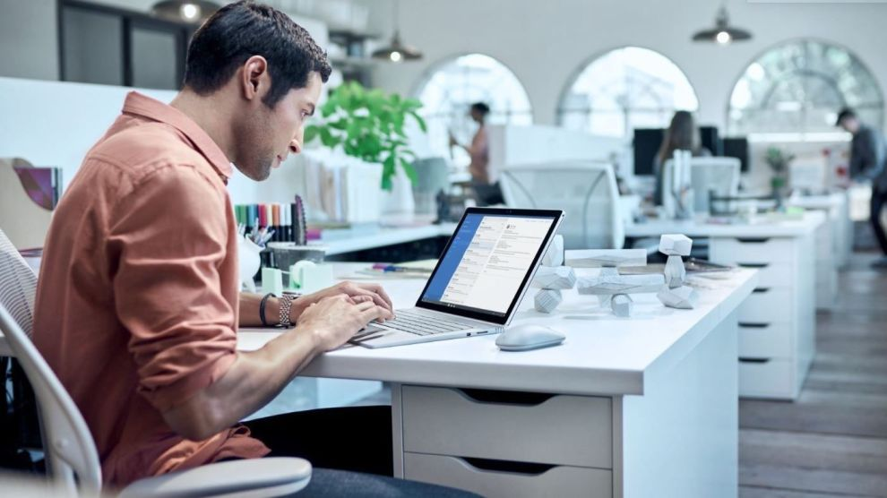 PÅ FARTEN: Å kunne jobbe mobilt fra overalt i verden, er viktig for mange bedrifter. Foto: Microsoft