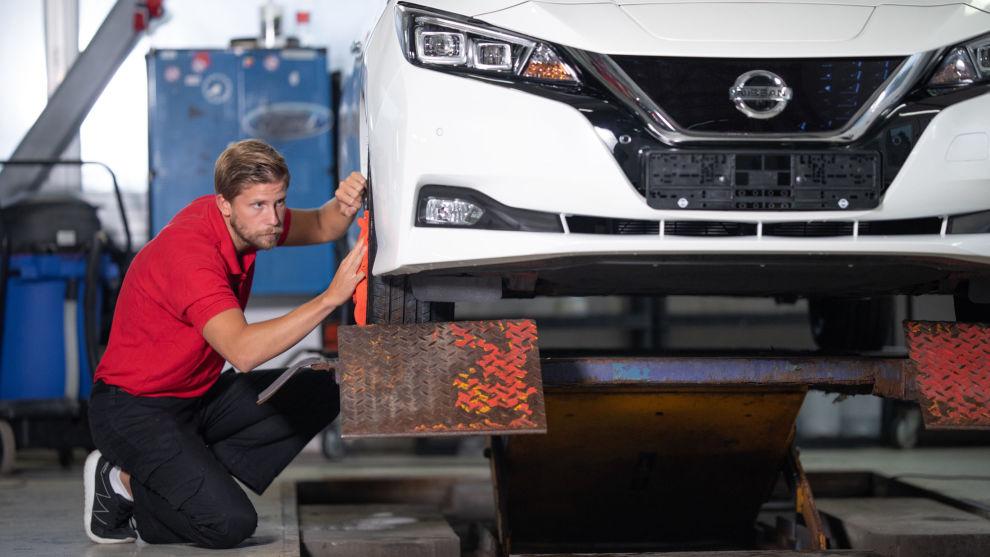<p>Bilpleiefirmaet CarShine sparer mye penger på fire miljøvennlige rutiner.– Vi sparer mellom 400.000-500.000 kroner i løpet av ett år på grunn av den tankegangen Miljøfyrtårn gir oss, fortellerBernhard Roland, daglig leder og eier i CarShine. Foto: Erland Grøtberg</p>