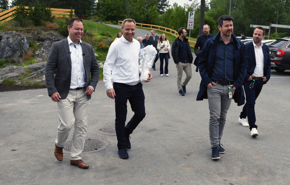 En tydelig stolt Espen Andresen, til venstre, her sammen med Smartlys Ketil Granbakken, kan fornøyd konstatere at Veveldstadåsen grendelag har fått på plass et topp moderne og fremtidsrettet ladeanlegg for elbiler. Nylig inviterte han til offisiell åpning av anlegget.