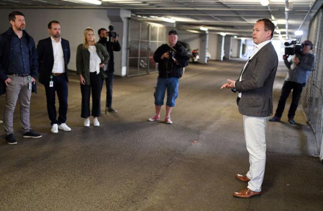 Styreleder Espen Andresen forteller de fremmøtte om arbeidet med å få på plass infrastruktur til potensielt over 700 ladebokser i grendelaget.