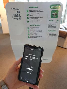 Med oppgradert infrastruktur er denne boksen og Smartly-appen det eneste beboerne i Velvestadåsen grendelag trenger for å få startet elbil-ladingen.