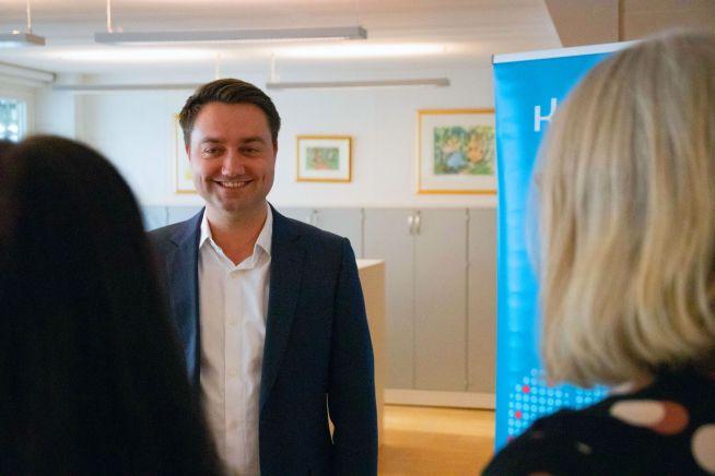Kommersiell direktør i Kredinor, Audun Rønningen Danielsen i samtale med kolleger